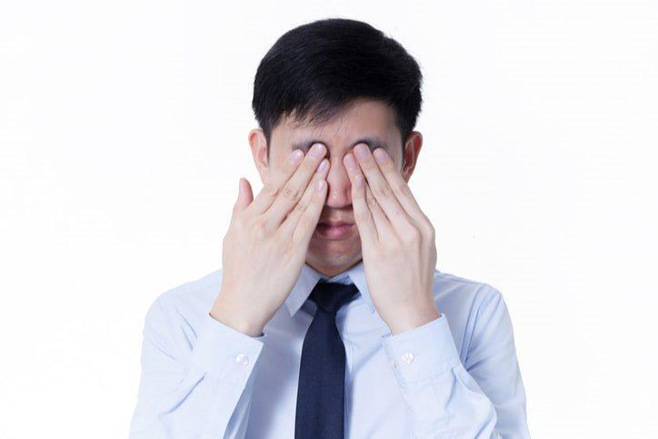 Dụi mắt có thể khiển tổn thương giác mạc